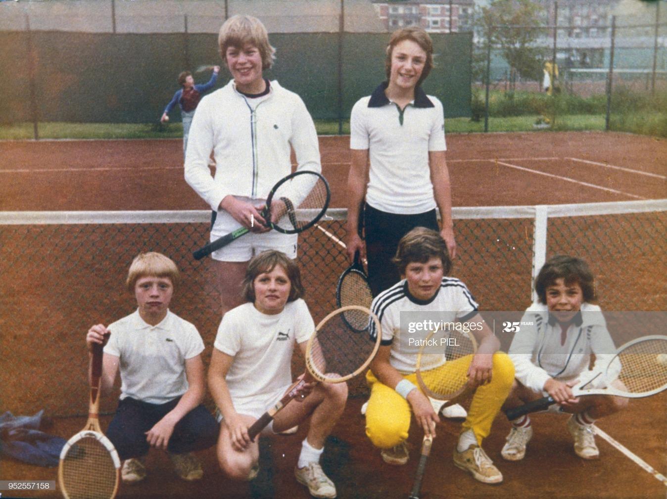 Boris Becker enfant lors d'une leçon de tennis : News Photo