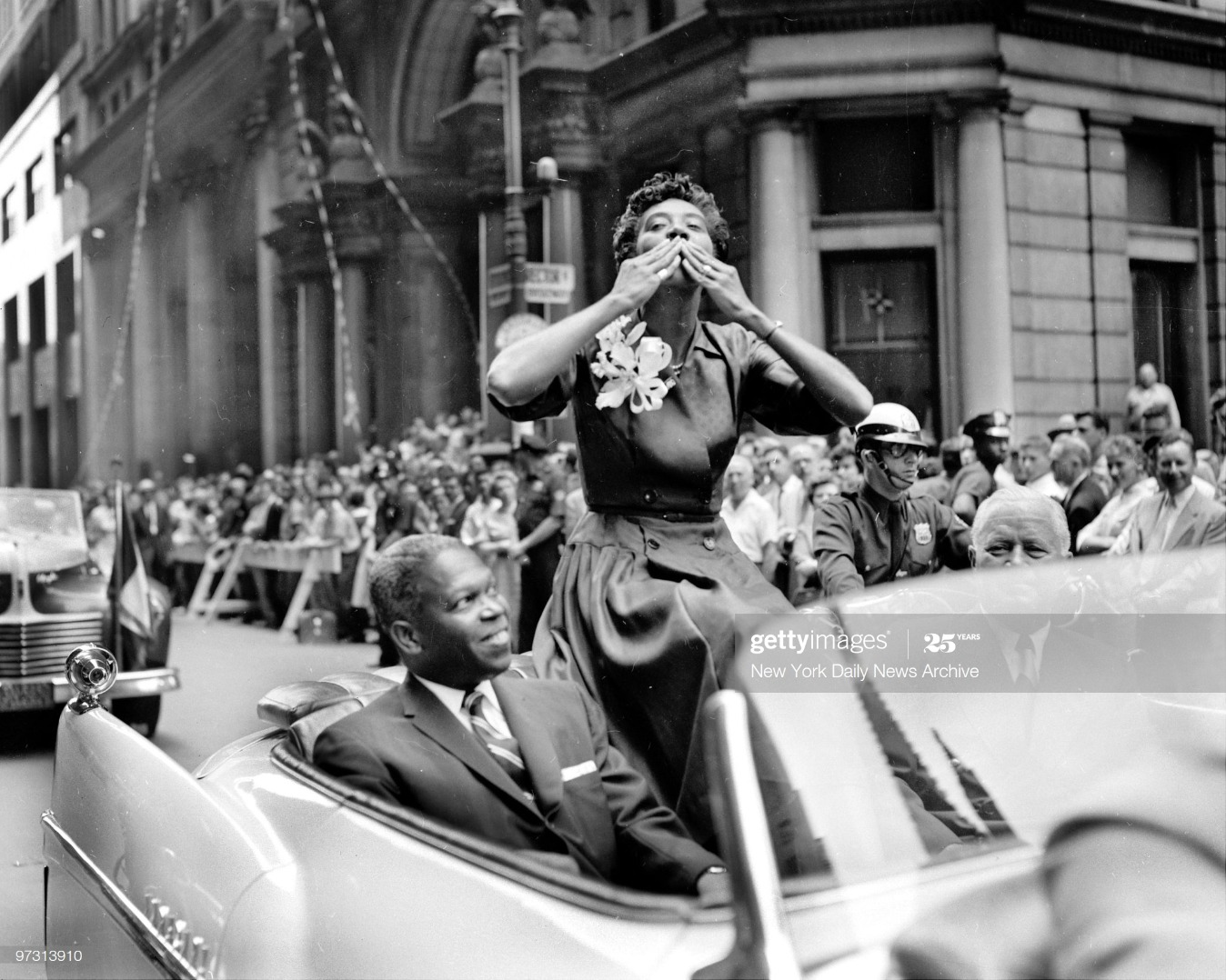 Tennis ace Althea Gibson blows kisses to cheering crowd at 1 : News Photo